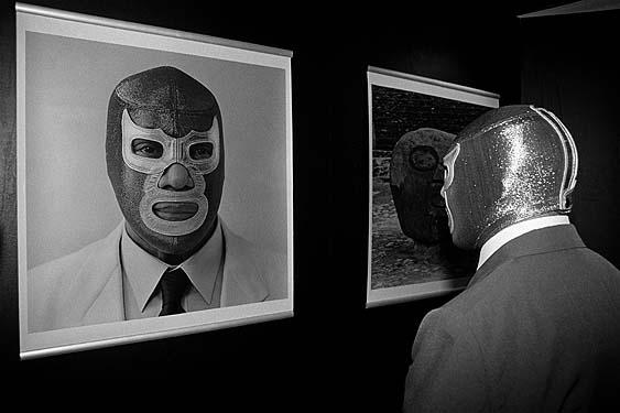 """Lourdes Grobet, Blue Demon visitando la exposición """"La Filomena"""", 1996 Tomado de Oscar en fotos"""